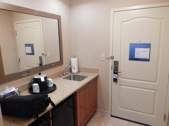 Hampton Inn & Suites Pittsburgh - Downtown: Room 801, Kitchen