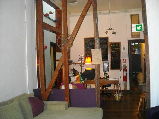 Casa Volante Hostal: Recepción/vista sala con TV