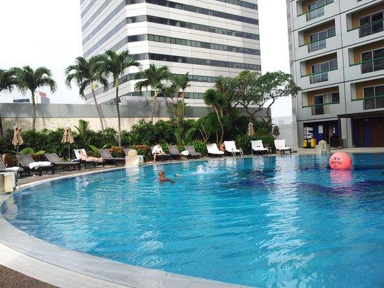 Swissotel The Stamford Singapore: Pool area