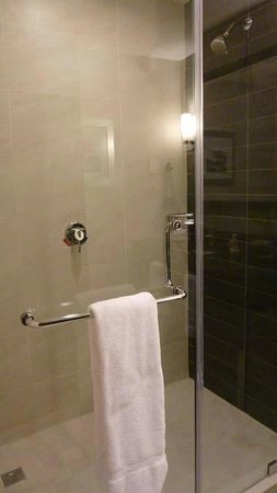 Wyndham Panama Albrook Mall: Nice bathroom with decent soap products