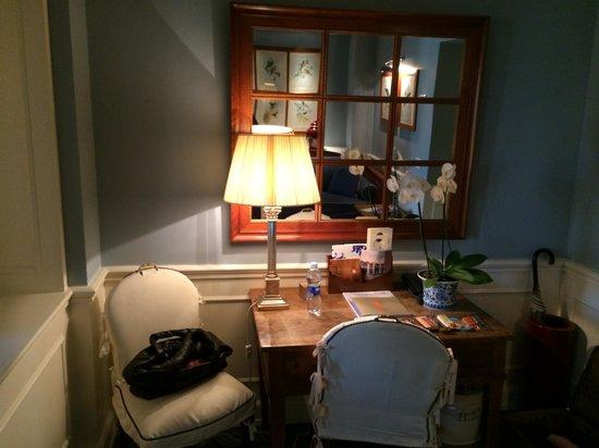 Hotel Lungarno : sitting area/desk