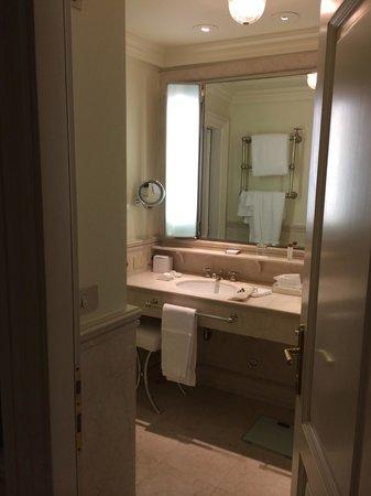 Hotel Lungarno : partial bathroom view