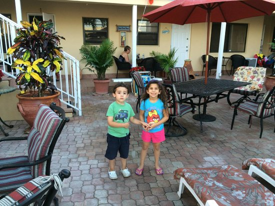 Nevada Beach Apartments - Hollywood Beach: Little Holly making friends !