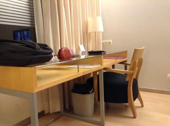 Ayre Hotel Caspe: escritorio en la habitación, estilo minimalista