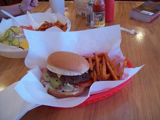 Father and Sons Grill: Good food........... really delicious, fresh burgers!