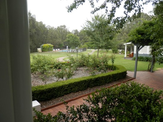 The Convent Hunter Valley: Gardens, pool, tennis court