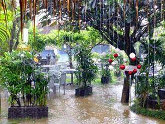 Bali Hotel Pearl: More restaurant in the rain