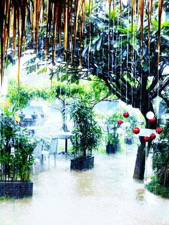 Bali Hotel Pearl: Restaurant in the rain