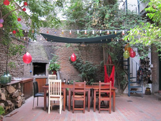 Lina's Tango Guesthouse : Breakfast table in courtyard
