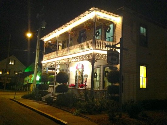 Carriage Way Bed & Breakfast: Front by night