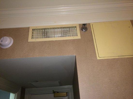 Lenox Hotel : Filthy air vents - Rm 801