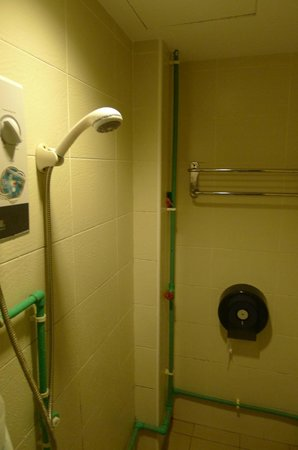 Kawan Hostel: Bathroom 2 - water heater
