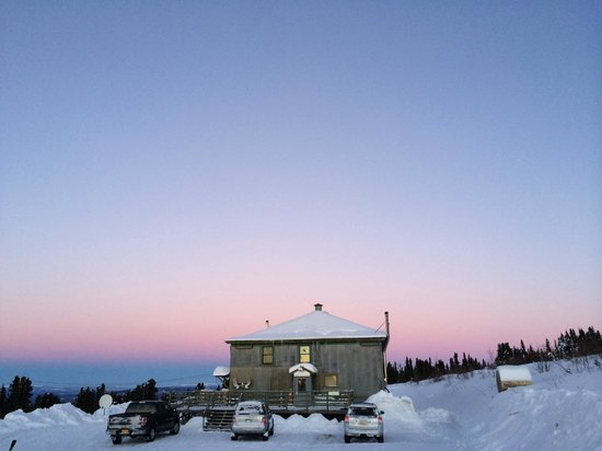 Mount Aurora Lodge: The lodge at sunrise