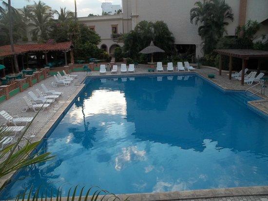 Hotel Playa Mazatlan: La vista desde nuestra habitacion a la alberca