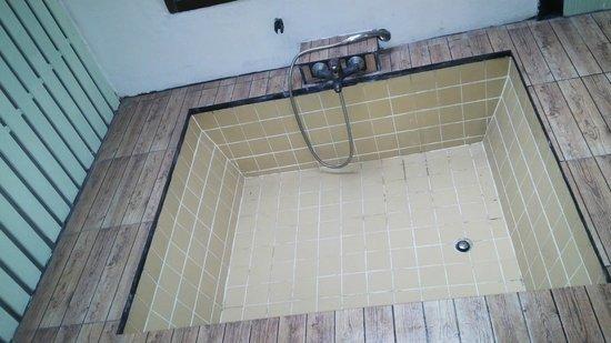 Nantra de Boutique: bath tub with daylight