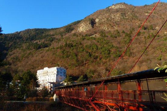 Radiana Hotel La Lechere : Le pont qui relie les commerces et résidence