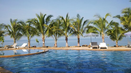 Nang Nual Beach Resort: Swimming pool in adjacent resort