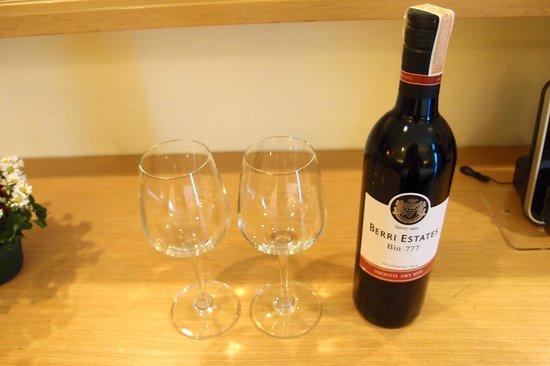 GLOW Pratunam : 旅館送的紅酒