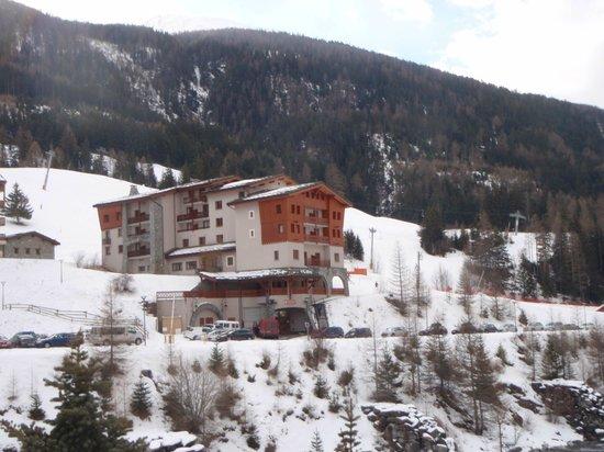 Hôtel Club mmv Val Cenis : Hôtel vu de la route-1