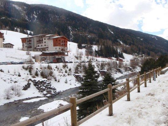 Hôtel Club mmv Val Cenis : Hôtel vu de la route-2