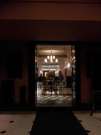 Signature Fine Dining and The Garden Bistro: Entering the main lobby