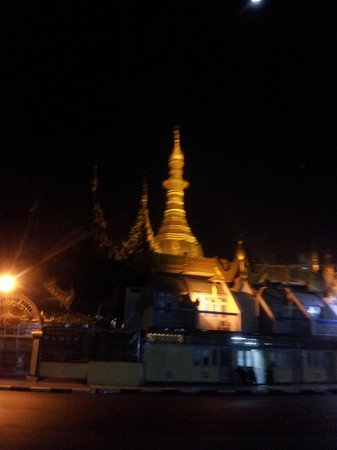 Sule Pagoda: The pagoda lit up at night