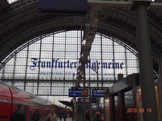 Hotel Excelsior : フランクフルト中央駅の構内 何でもそろってます。