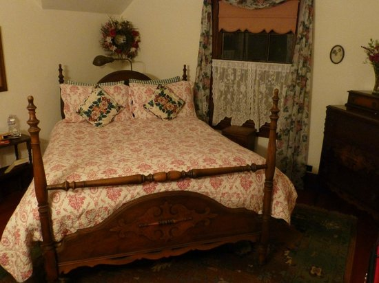 Sand Rock Farm Bed and Breakfast: Bed (Eva's Garden)