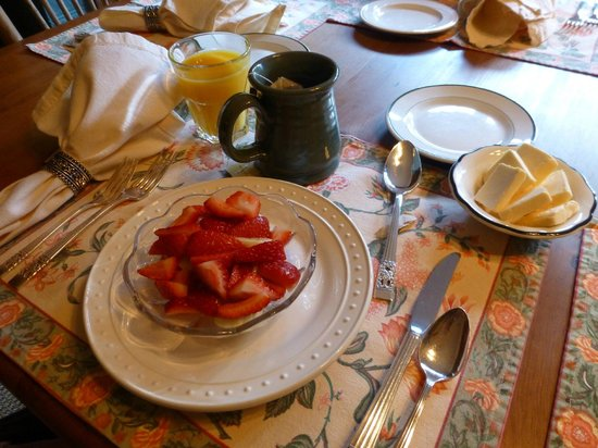 Sand Rock Farm Bed and Breakfast: Fresh fruit for breakfast