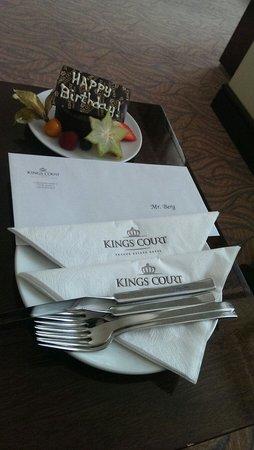 Hotel Kings Court : En herlig liten oppmerksomhet i forbindelse med en bursdag. Vi hadde ingen anelse og overraskels