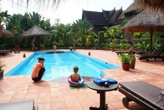 Angkor Spirit Palace: Целый день семьей на бассейне. Одни, без посторонних.