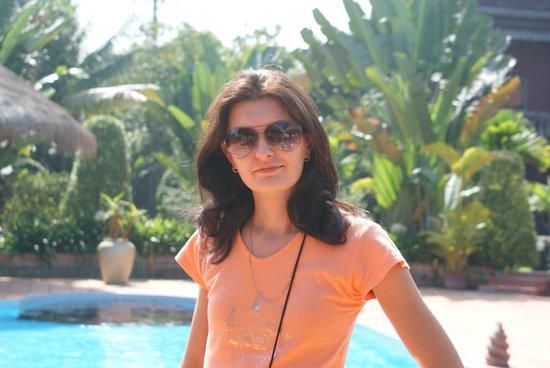 Angkor Spirit Palace: Моя супруга у бассейна.