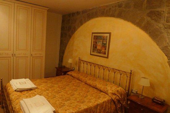 B&B Medieval House: Кровать