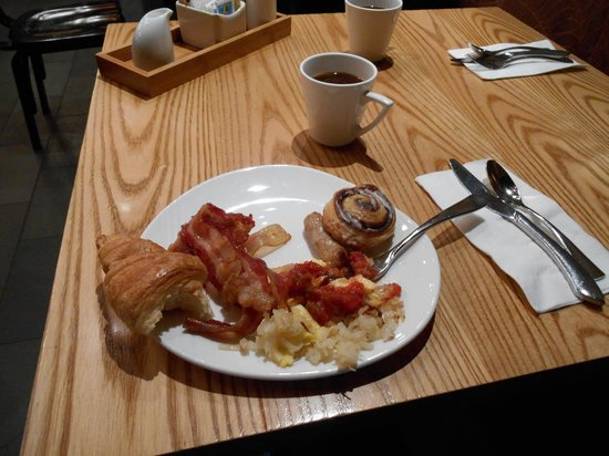 Waikiki Parc Hotel: ビュッフェの朝食 野菜は不足ですが、他は十分