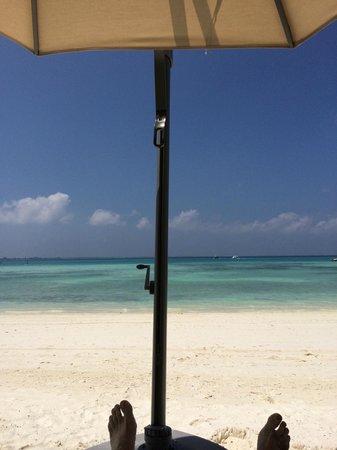Shangri-La's Villingili Resort and Spa Maldives: Blick von der Strandliege