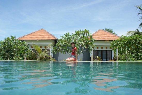 Bali Bule Homestay: Жена на бассейне.