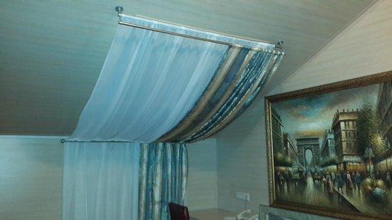 Hotel Gallery: Окно высоко - не открывается.