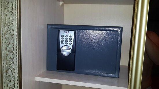 Hotel Gallery: В номере есть сейф. Это хорошо.