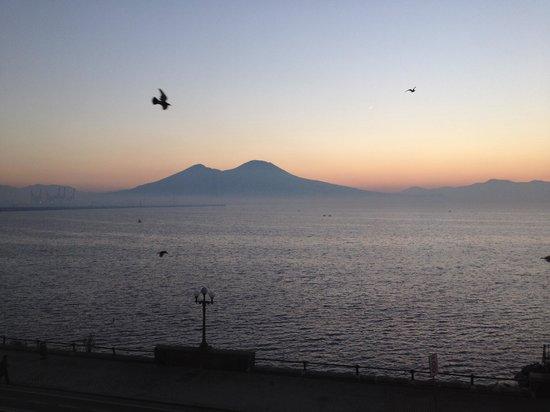 Eurostars Hotel Excelsior : La vista del Vesuvio all'alba dalla camera