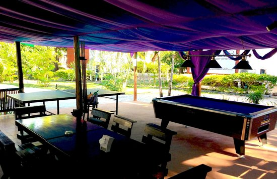 The Beach Village Backpackers: Pool and Ping pong