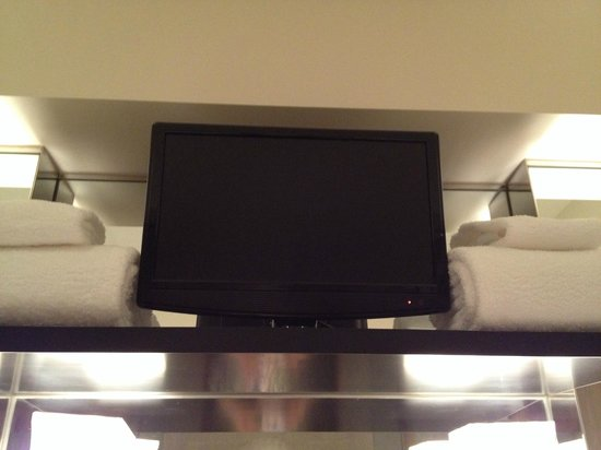 Park Hyatt Tokyo: 洗面台上部に設置されたテレビ