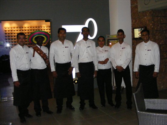 Cinnamon Lakeside Colombo: Some of the staff from 7 Degrees North