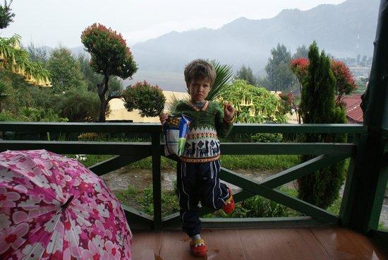 Lava View Lodge: Сынуля на терассе нашего бунгало.