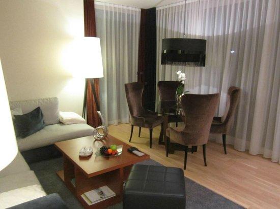 Geinberg5 Private SPA Villas: Tisch im Wohnzimmer