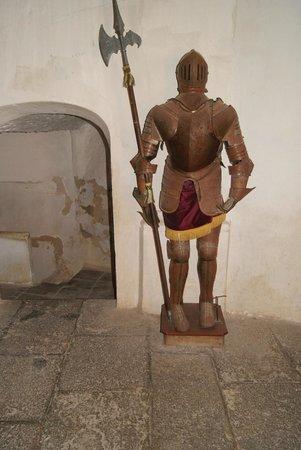 Castillo de Benisano: Armadura en el vestibulo