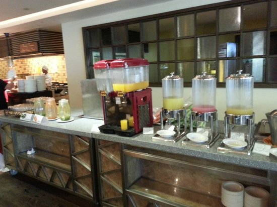PARKROYAL Penang Resort, Malaysia : Breakfast - look prety but not a drop of fruit juice here