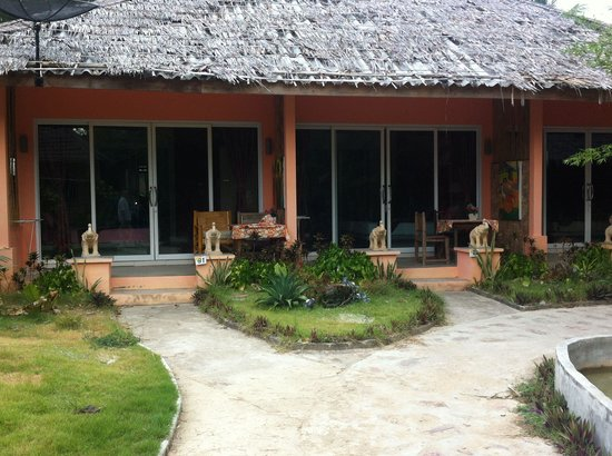 Cha-Ba Bungalows & Art Gallery: The newer Beach Bungalows at the front