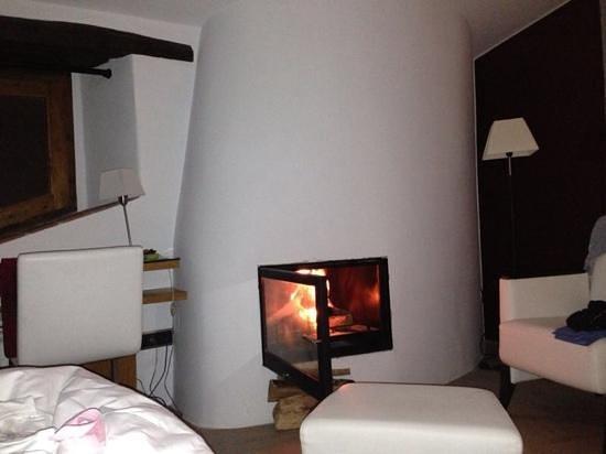 Hotel Can Cuch : nuestra habitacion con chimenea