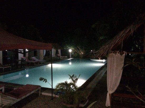 Malibu Estates Bungalows Resort: vue générale se la piscine.