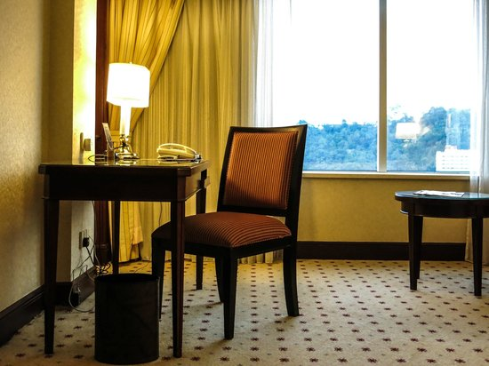 Le Meridien Kota Kinabalu : Writing desk and chair in our room